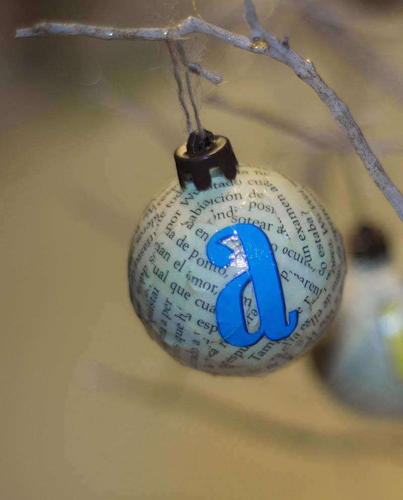 bola de navidad con motivos literarios