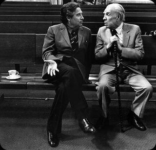 Octavio Paz y Jorge Luis Borges conversando