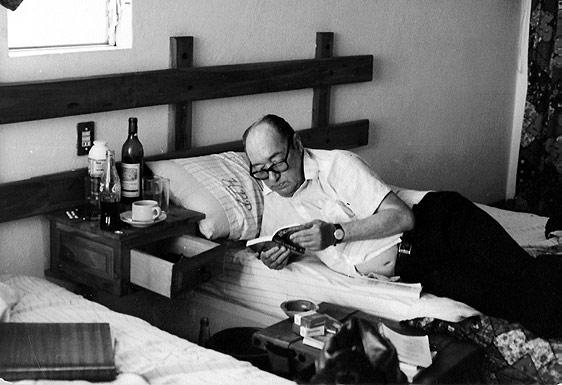 Juan Carlos Onetti con libro y café