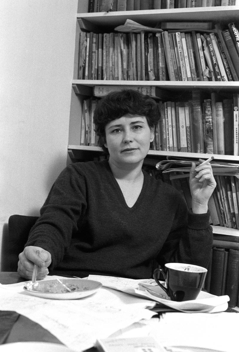 La premio nobel Doris Lessing tomando café
