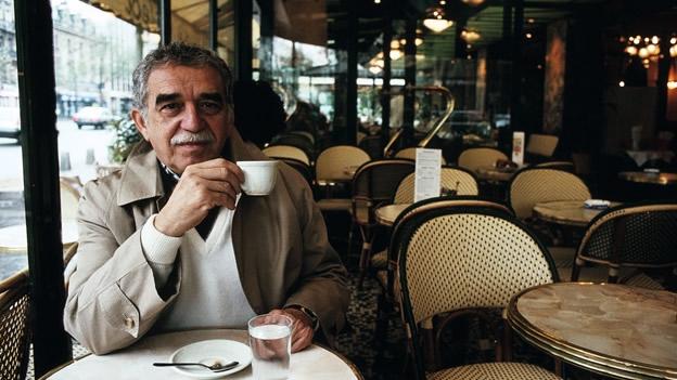 El premio nobel García Márquez tomando café