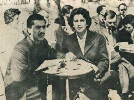 El escritor peruano tomando café