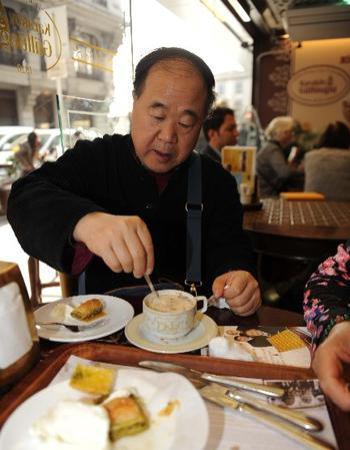 El Premio Nobel Mo Yan tomando café