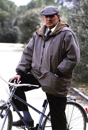 Miguel Delibes en bicicleta