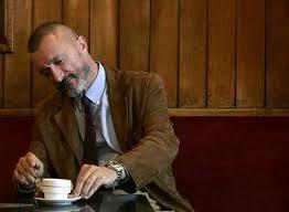 Arturo Pérez-Reverte en una cafetería