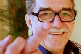 Gabriél García Márquez realizando la popular peineta en tono de burla