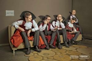 Dráculas esperando su turno en la audición