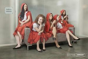 Caperucitas Rojas esperando su turno en el casting