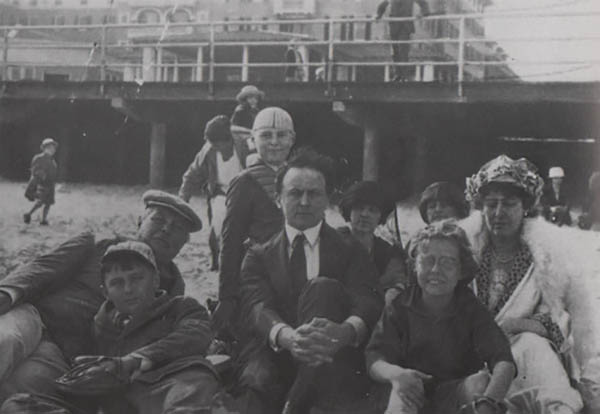 Arthur conan doyle con su familia y Harry Houdini en la playa de atlantic city 1922
