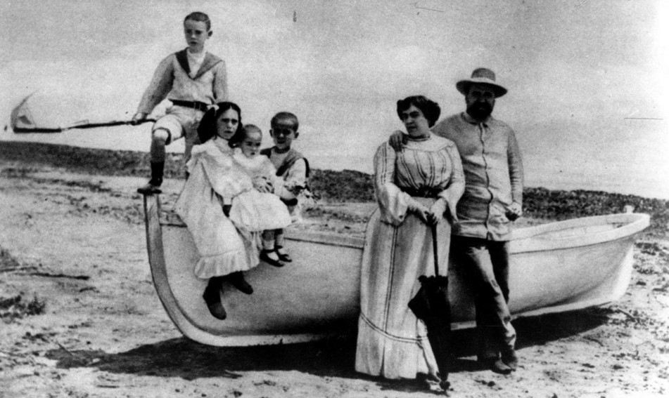 La familia Blasco Ibáñez posa en la playa de la Malvarrosa en el año 1904