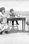 Eugene O'Neill, su segunda esposa, Agnes, y su hijo, Shane, en Cape Cod, 1922