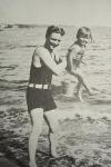 Scott Fitzgerald jugando con su hija en el mar