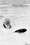 George Bernard Shaw practicando surf