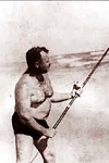 Hemingway pescando a la orilla del mar