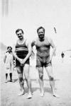 Hemingway en la playa de San Sebastián con un amigo pintor