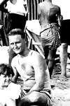 Scott Fitzgerald y su hija en la playa, 1926
