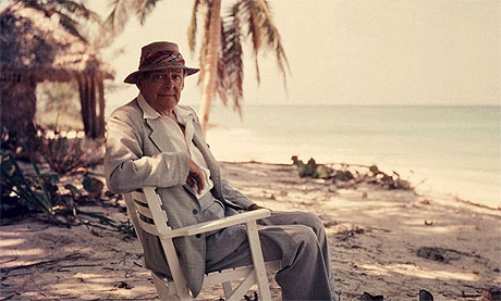 T. S. Eliot en la playa, 1957