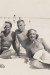 Tennessee Williams con el escritor Gore Vidal y la madre de este en la playa de Key West