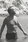 Truman Capote bañándose