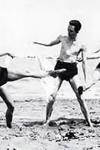 Albert Camus en la playa, en la década de 1930
