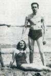 Albert Camus disfrutando de un día de playa junto a tres amigas