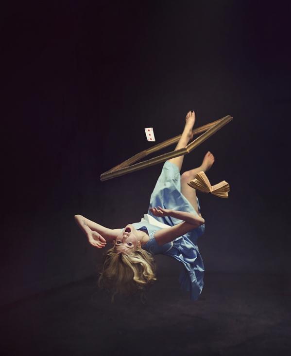 Alicia en caída libre, por Faye Aydin Le Jeune