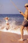 Arthur Miller pescando mientras Marilyn Monroe se da un baño