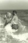Arthur Miller y Marilyn Monroe dándose un chapuzón