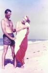 Arthur Miller ayuda a Marilyn a secarse tras su baño en la playa