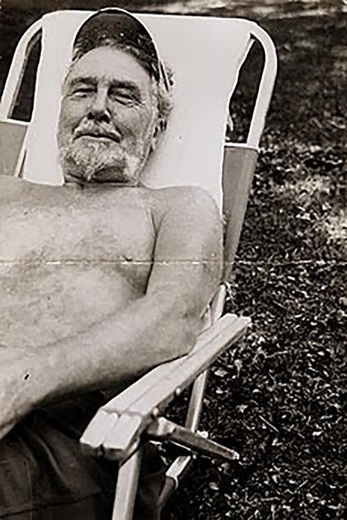 Ezra Pound en una hamaca al sol