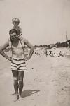 Hemingway con su hijo en la playa