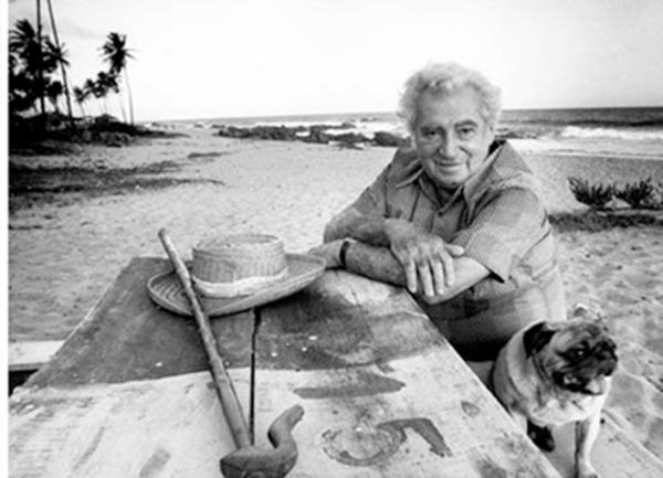 El escritor brasileño Jorge Amado en la playa de Bahía