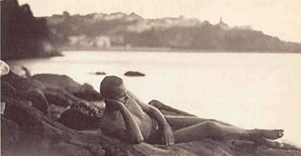 Luis Cernuda en la playa de La Linera, Castropol