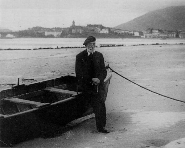 Miguel de Unamundo en la playa de Hendaya