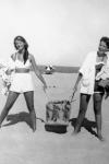 Sylvia Plath con una amiga en Cape Cod, 1952