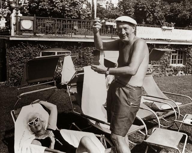 Vladimir Nabokov tomando el sol con su mujer