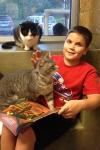 Un niño disfruta de la iniciativa de leer a los gatos