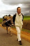 Marc Roger y su burro recorren los caminos leyendo en lugares públicos