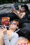 Mujeres leyendo en top-less