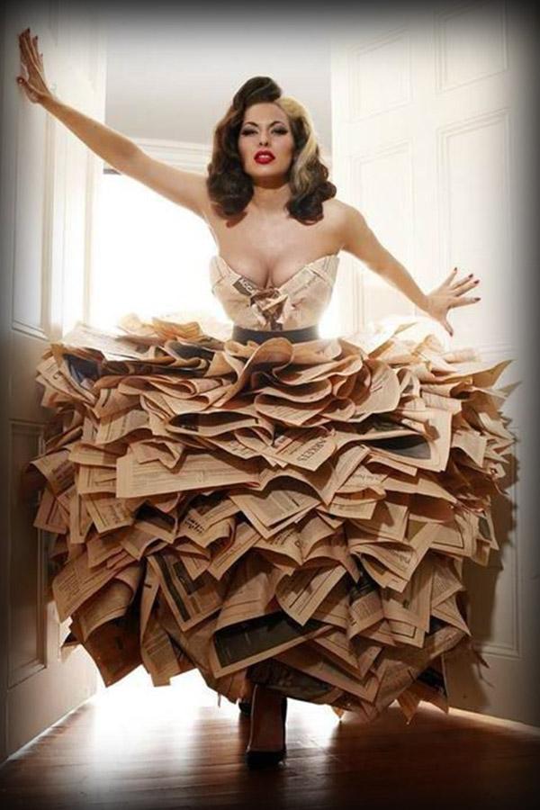 Traje realizado con periódicos