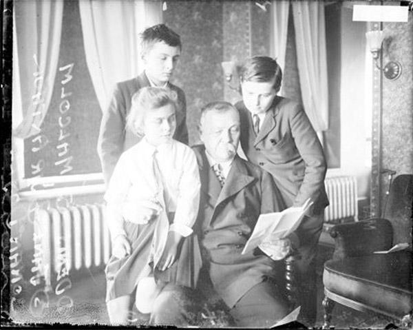 Arthur Conan Doyle leyendo a sus hijos