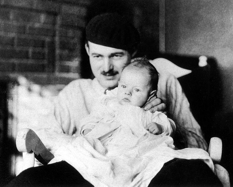 """Ernest Hemingway con su hijo """"Bumby"""""""