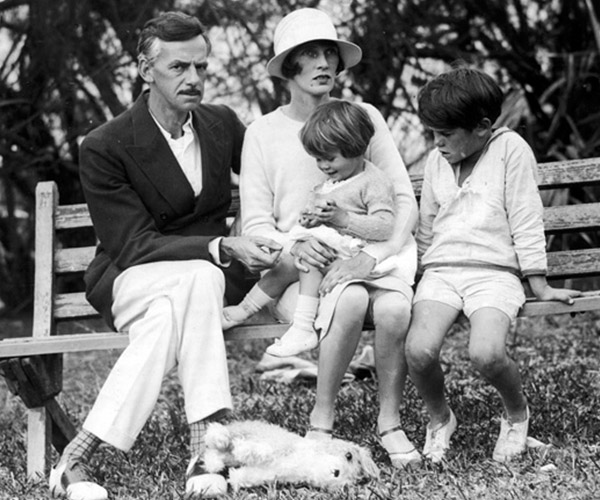Eugene O'Neill con Agnes Boulton y sus hijos 1925