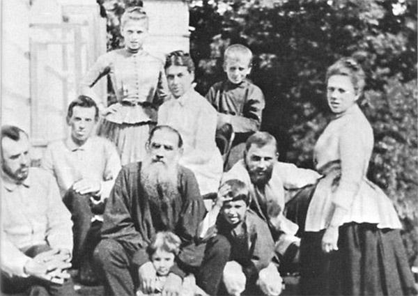 León Tolstói y sus esposa con ocho de sus trece hijos