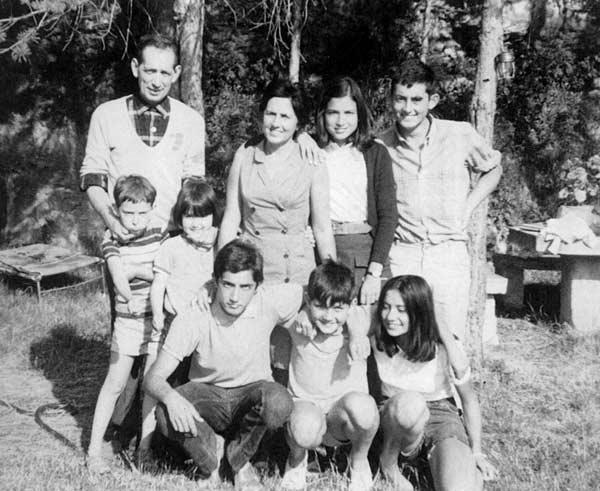 Miguel Delibes con su esposa y sus siete hijos