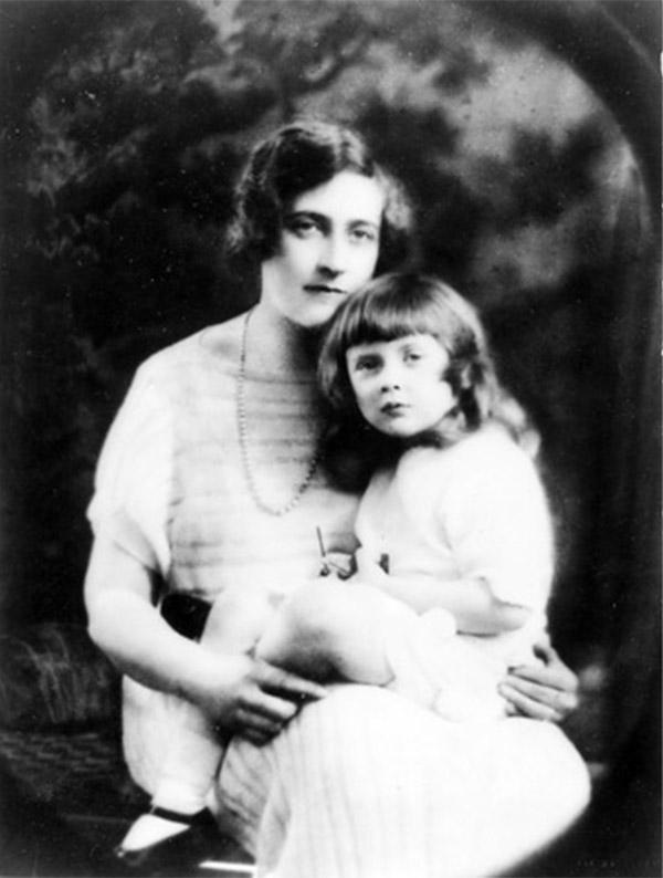 Agatha Christie y su hija Rosalind