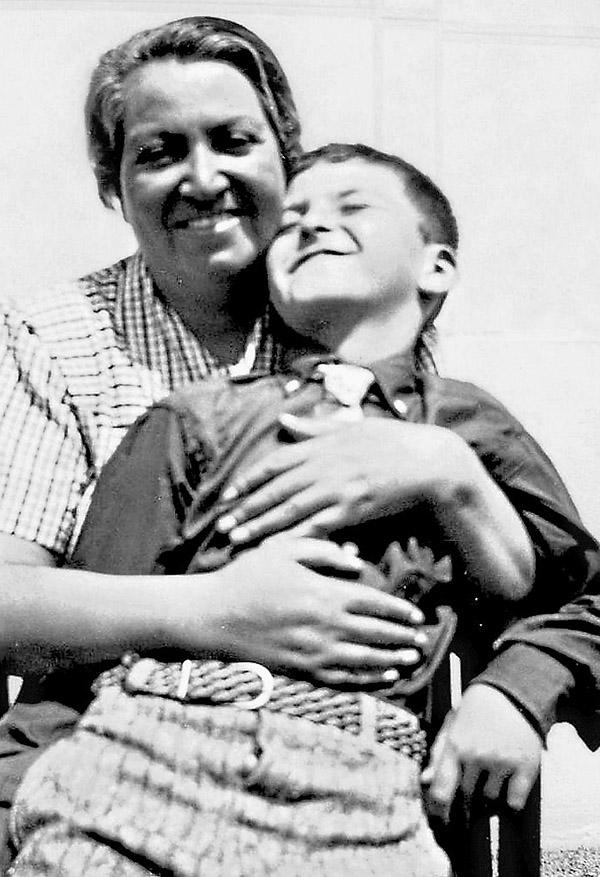 Gabriela Mistral con su hijo Yin Yin