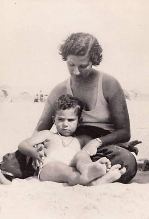 Philip Roth y su madre en Belmar Beach en 1935