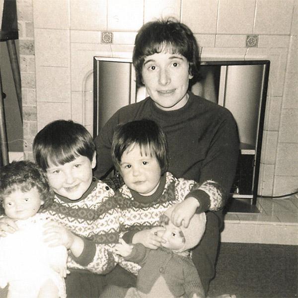 JK Rowling con su madre y su hermano