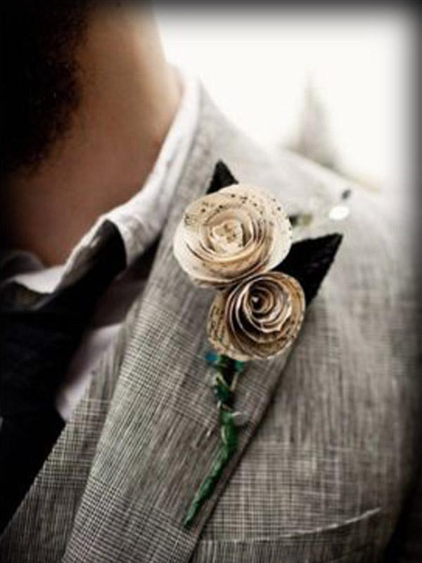 Flor en la solapa para el novio hecha con libros